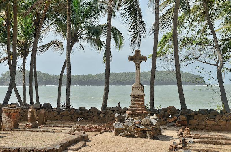 Ile_Saint-Joseph_-_cimetière_et_île_du_Diable